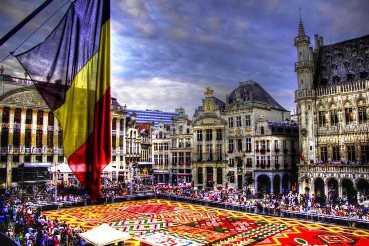 У столиці ЄС одружують ЛГБТ-пари, а посадовці п'ють пиво на площі. Розповідь мандрівниці