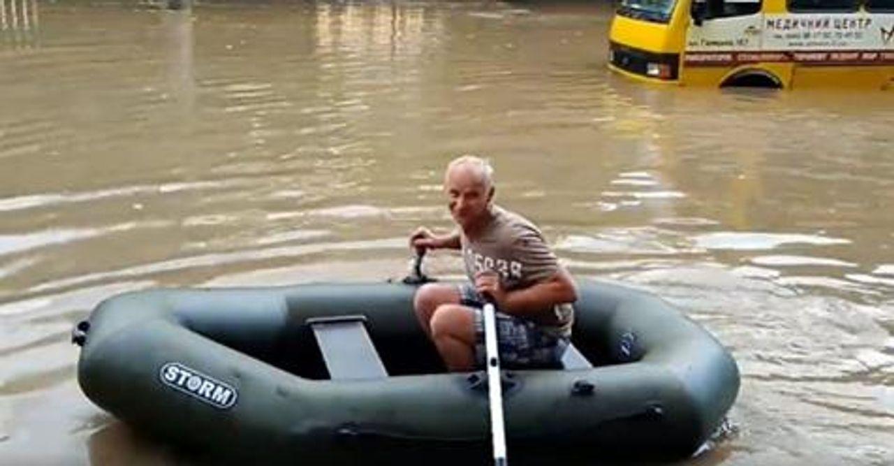 У мережі з'явилося відео з чоловіком, який на човні рятував львів'ян від потопу після зливи