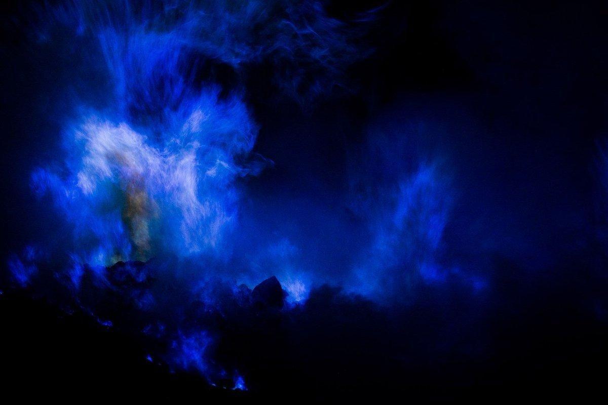 Вулкан в Індонезії почав горіти синім полум'ям, з'явилося відео