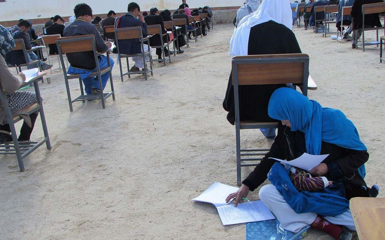 Фото молодої афганської матері, яка мріє про освіту, зворушило весь світ