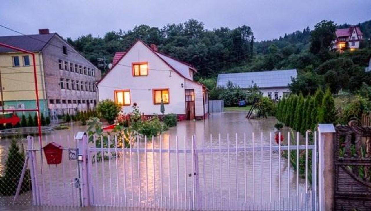 Сильні зливи у Польщі затопили будинки і залишили людей без сполучення