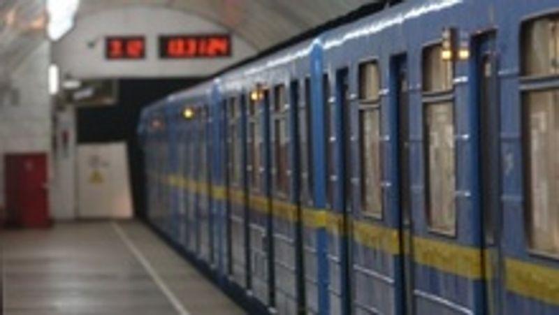 У столичному метро пасажир впав на колію