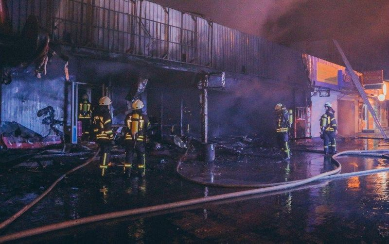 На київському ринку виникла масштабна пожежа (фото)