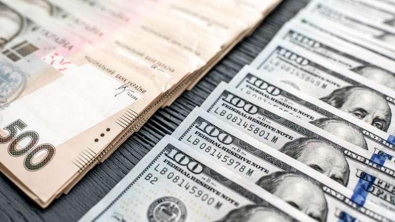 Долар знову подорожчав: відіграв у гривні 15 копійок