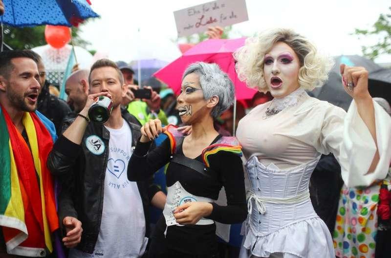 Чоловік + чоловік = сім'я: сусідня країна визнала одностатеві шлюби