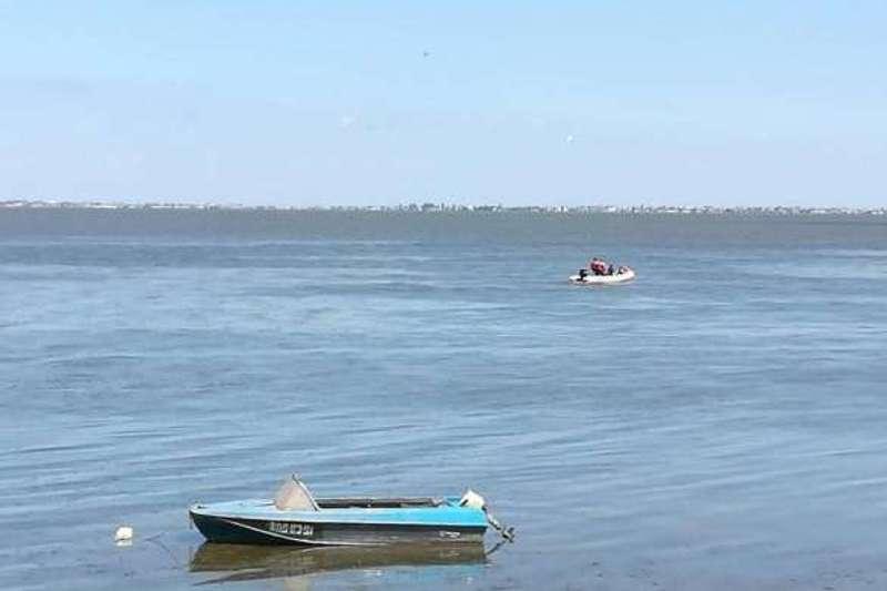 У Києві п'яний чоловік поперевертав човни з рибалками (відео)