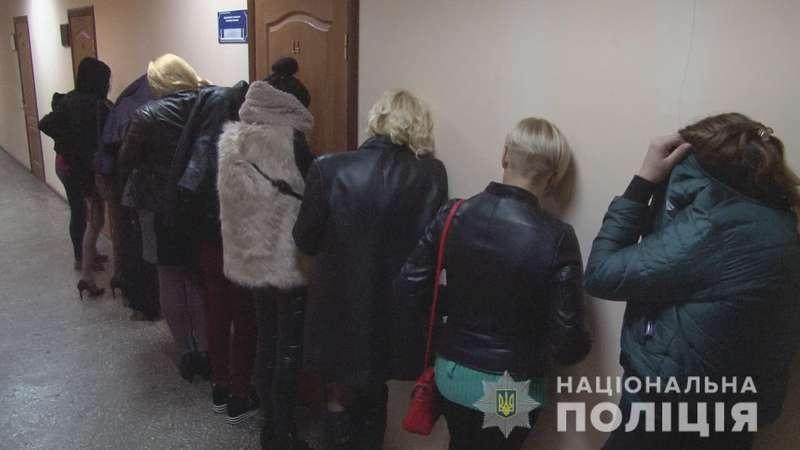 На нічних вулицях Одеси правоохоронці затримали десять проституток (відео)