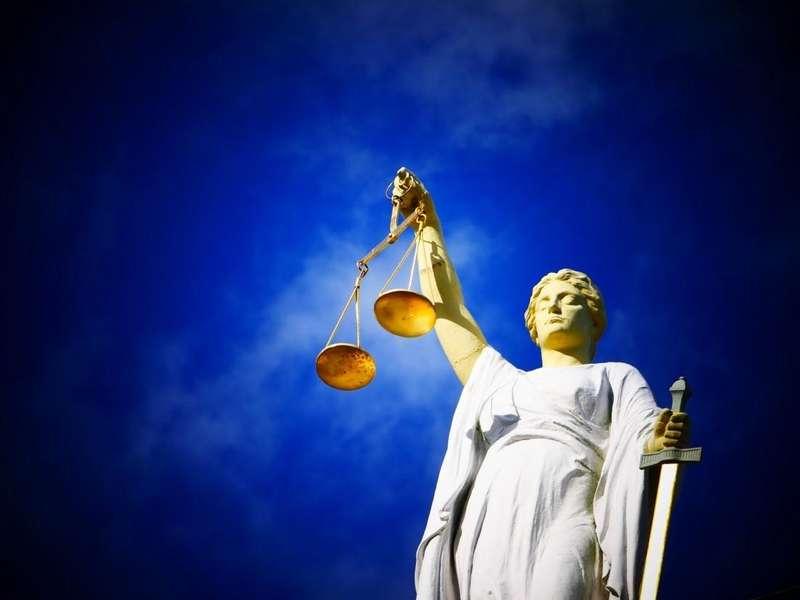 Суддю-запроданку, яка винесла смертельний вирок, засудили заочно