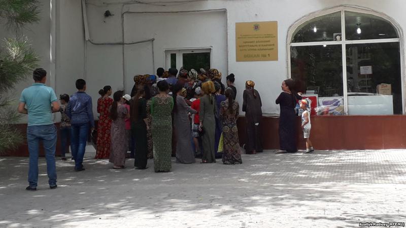 У Туркменістані дефіцит хліба: біля крамниць вишикувались черги (відео)
