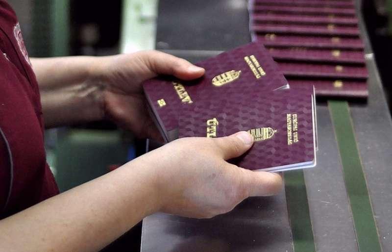 У базі Миротворця з'явився список українських чиновників з угорськими паспортами
