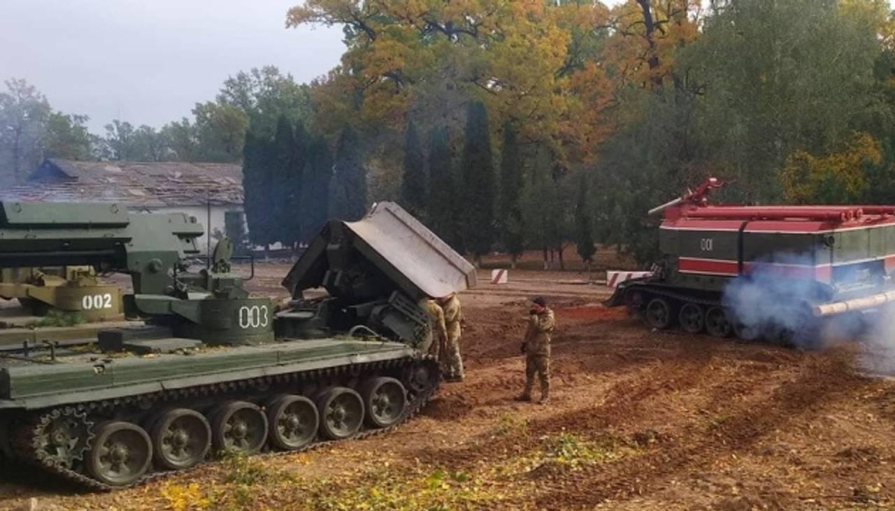 18 машин, 9 пожежних танків, два літаки і начальник Генштабу:як розміновують артсклади в Ічні