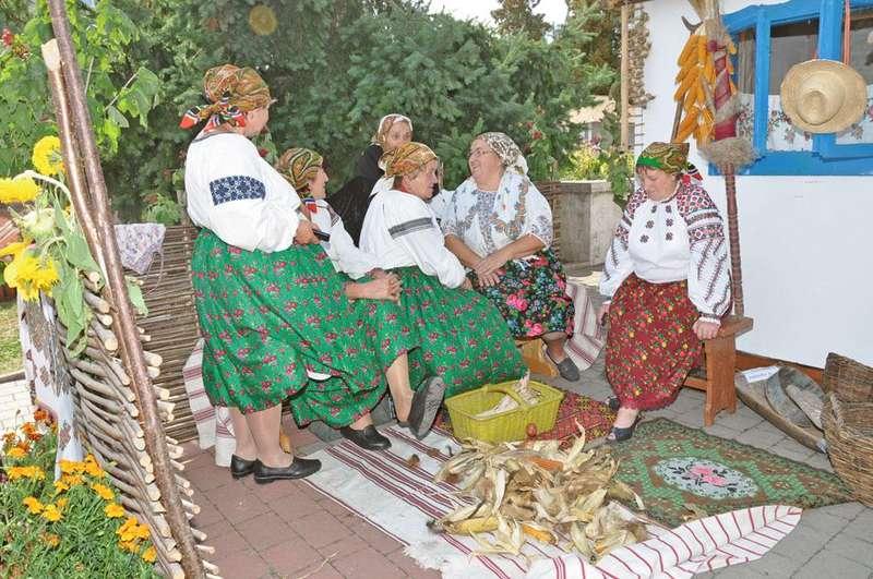 Веселий сільський коворкінг: як українці відновлюють давню традицію лупійних толок