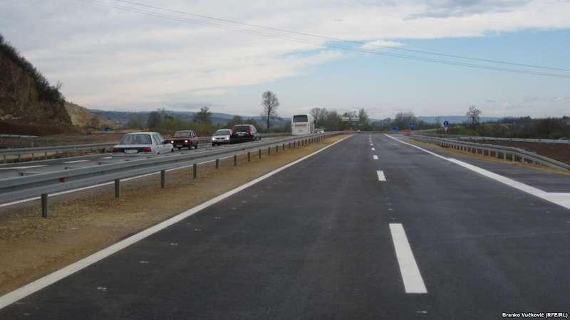 Понад тридцять автомобілів потрапили в аварію через сильний туман у Сербії (відео)
