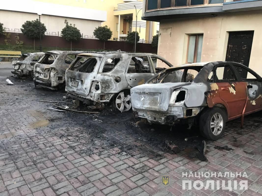 У Харкові під будинком згоріло п'ять автівок