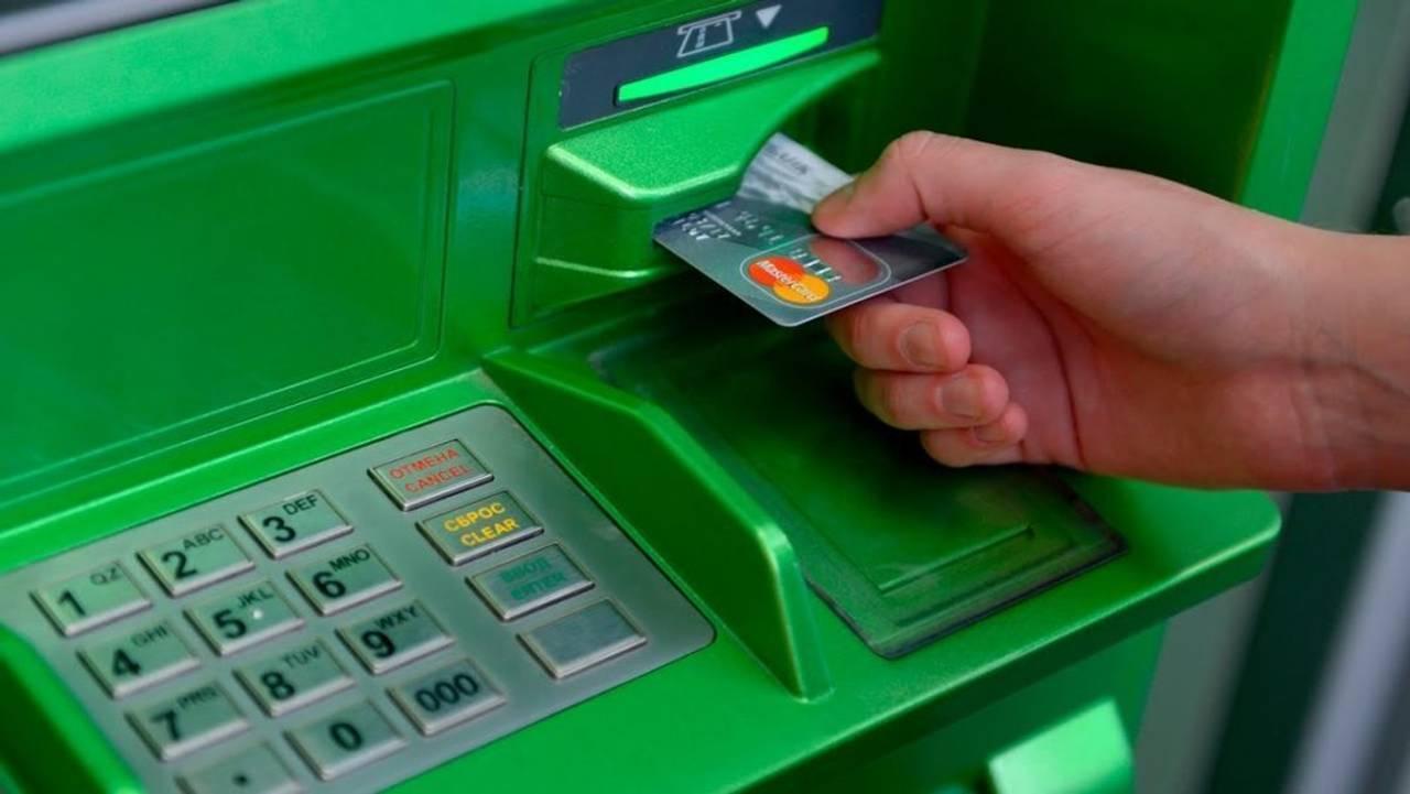 Приватбанк призупиняє обслуговування карток