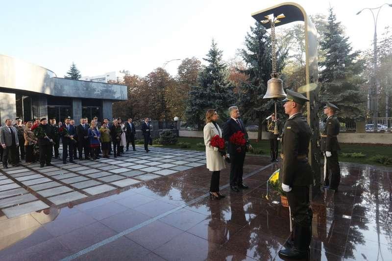 Звучатиме щоранку. Сьогодні вперше біля Міноборони пролунав дзвін за загиблими українськими бійцями