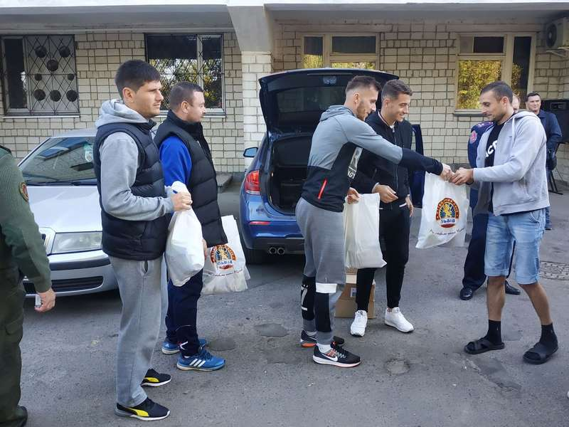 Футболісти клубу УПЛ провідали поранених українських солдатів