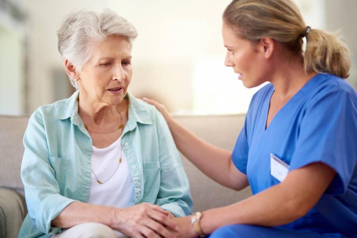 Хвороба Альцгеймера: як вона проявляється і чи є від неї ліки
