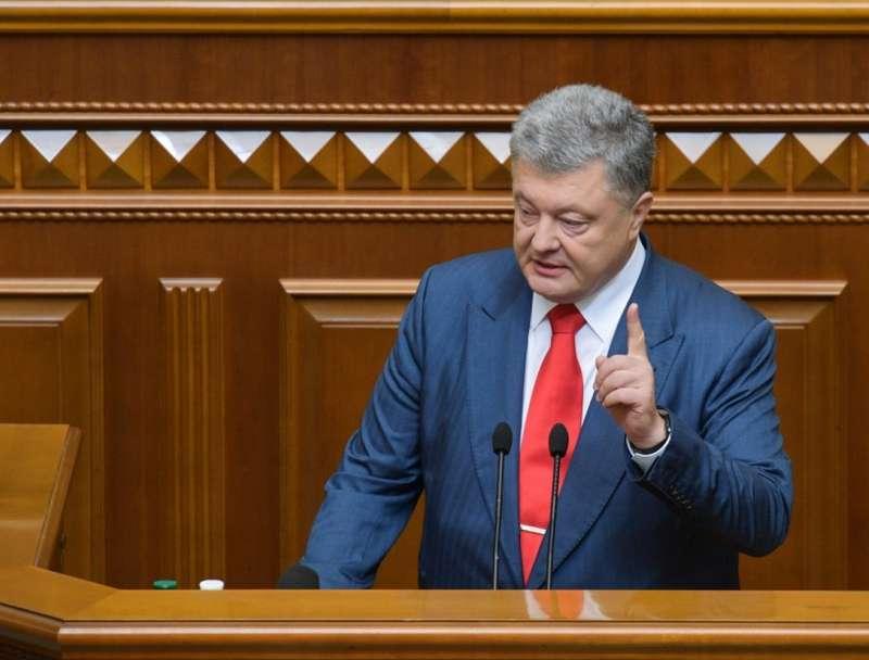 Минулого місяця президент Порошенко заробив 28 тисяч гривень