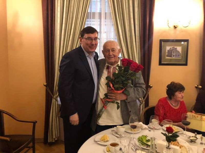 Луценко у Львові заскочив на каву та привітав 90-річного ювіляра