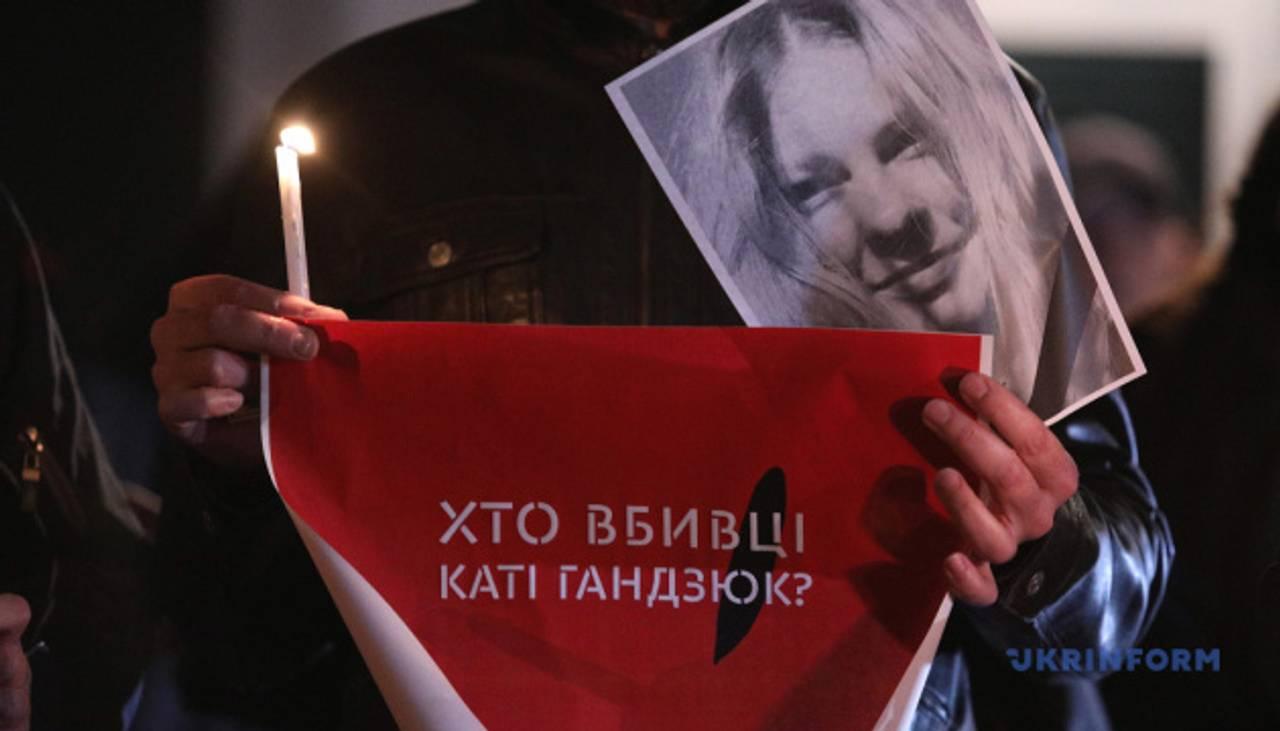 Попрощатися з Катериною Гандзюк прийшли більше тисячі людей