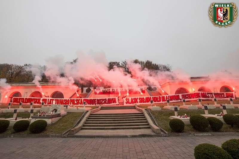 У Львові польські футбольні фанати палили фаєрина цвинтарі орлят