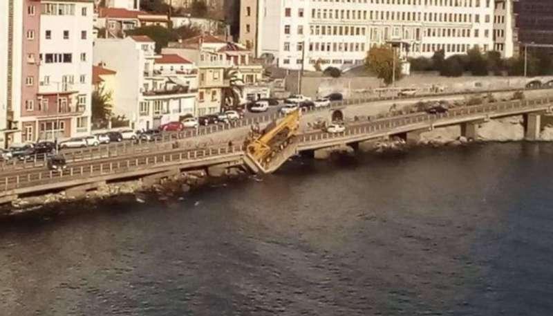 У Греції обвалився міст з автомобілями