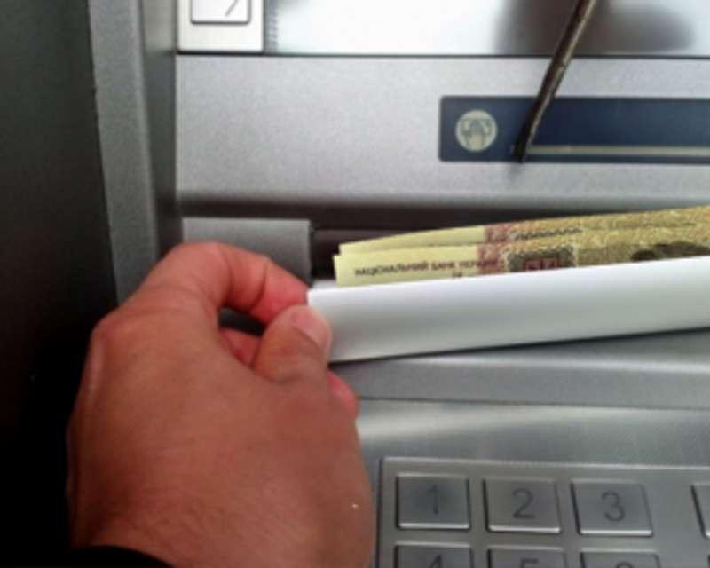 Завдяки відеозапису жінку змусили повернути вкрадені з банкомату гроші