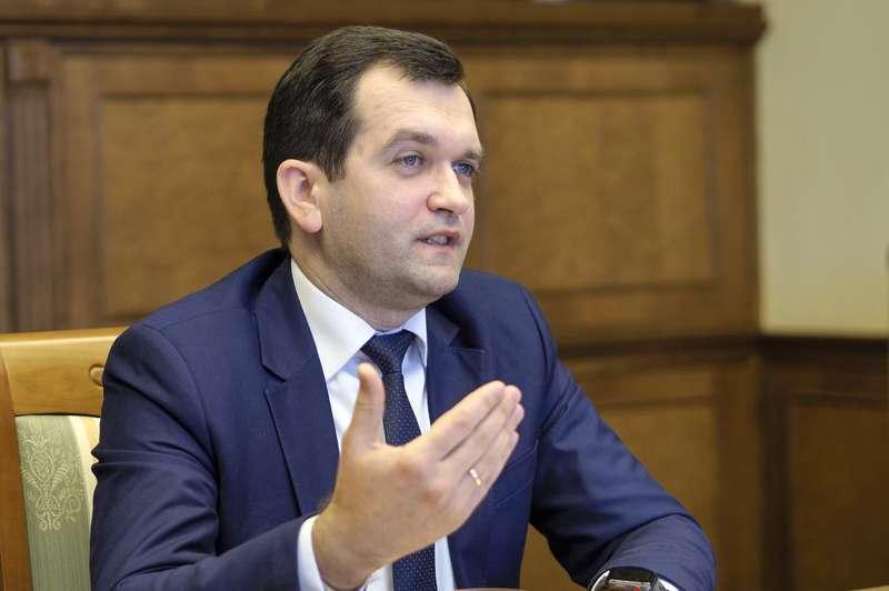 Скромна кімнатка голови Пенсійного фонду України