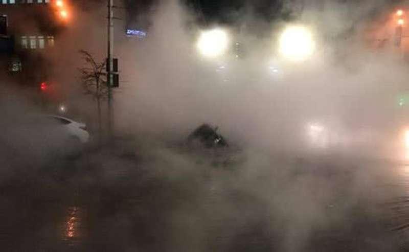 Прорив тепломережі в центрі Києва: легковик потонув в окропі, рух транспорту перекрито