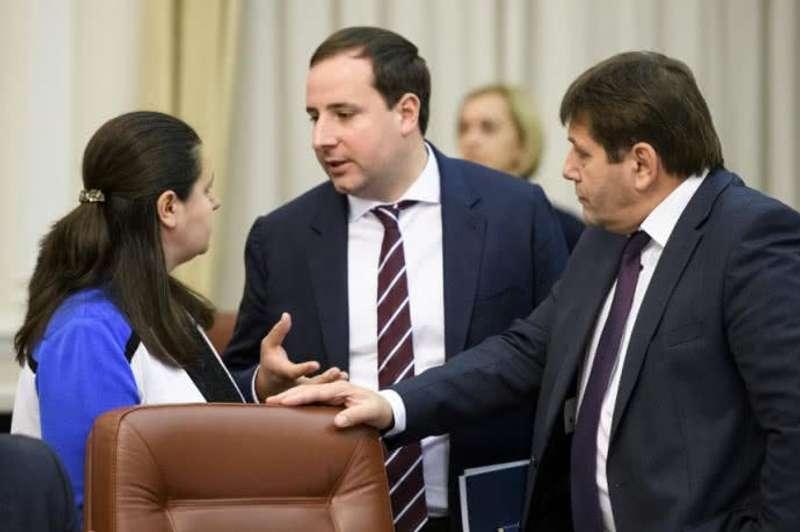 Кабмінівський рєшала: хто в уряді Гройсмана губить одні документи і проштовхує інші