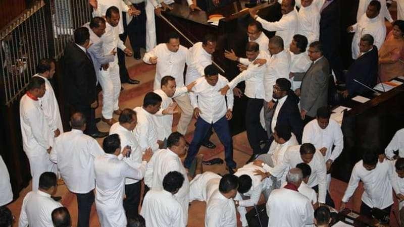 Внаслідок бійки в парламенті Шрі-Ланки одного депутата госпіталізували (відео)