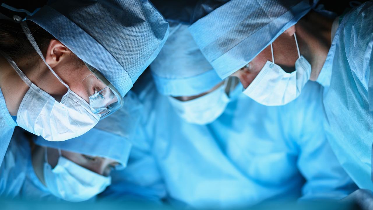 Українські хірурги пришили чоловікові кисть, яку відтяло лопатями промислового вентилятора