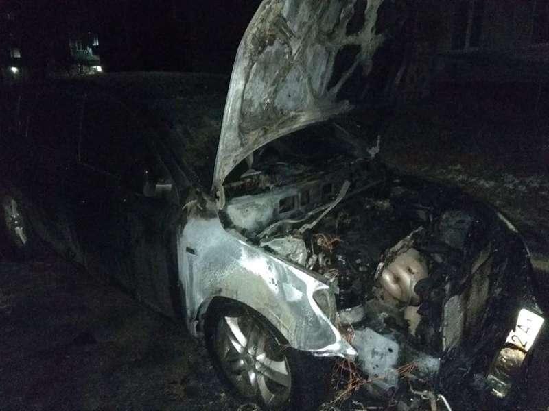 У Шостці депутатові спалили автомобіль (фото)