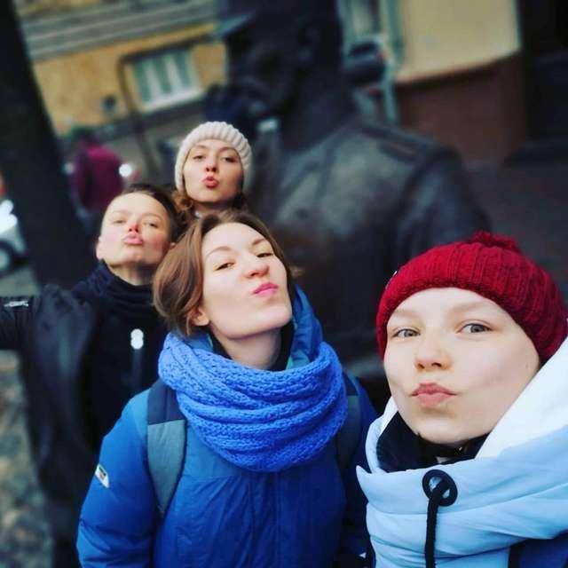 Пам'ятник біля МВС Білорусі вкрили поцілунками та обіймами