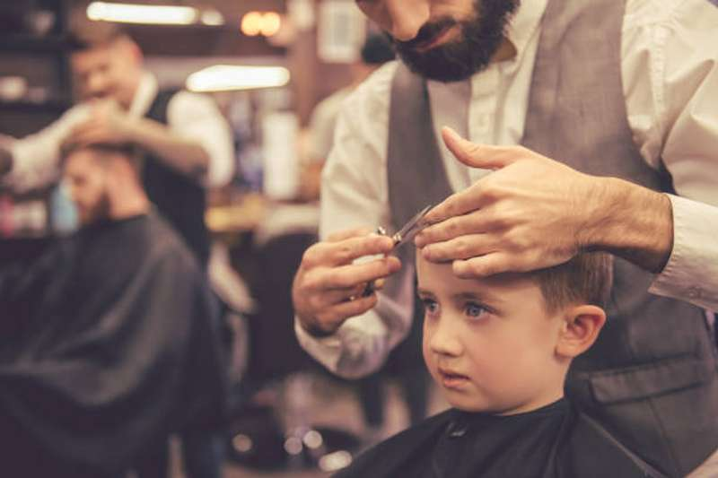 Чоловіча солідарність: з'явилося відео, як італійці в перукарні забавляли наляканого малюка