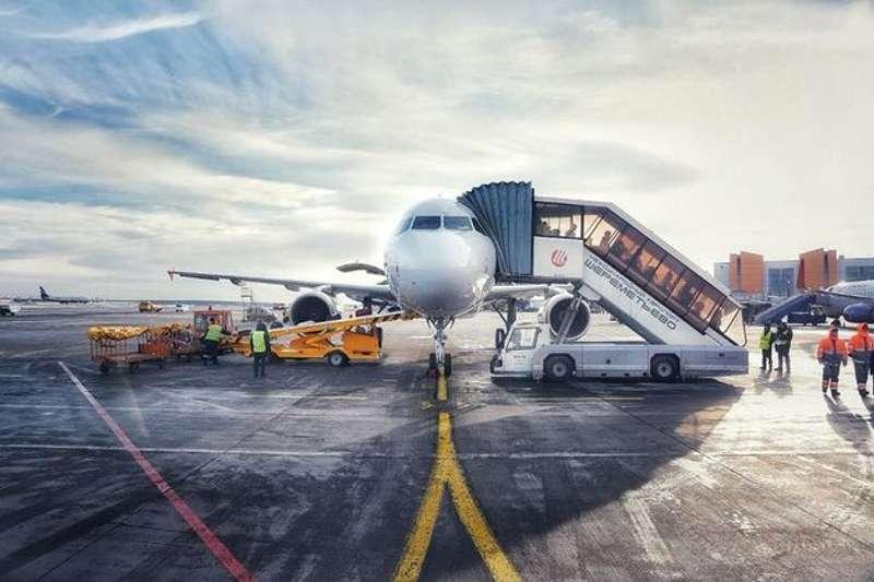 У московському аеропорту літак зіткнувся з невідомою особою