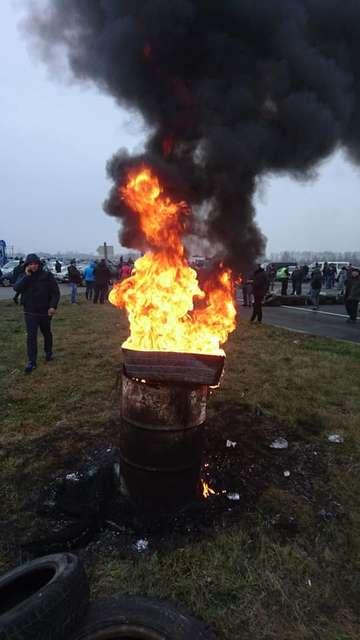 Євробляхарі заблокували пункт пропуску на кордоні з Польщею, палять шини (фото, відео)