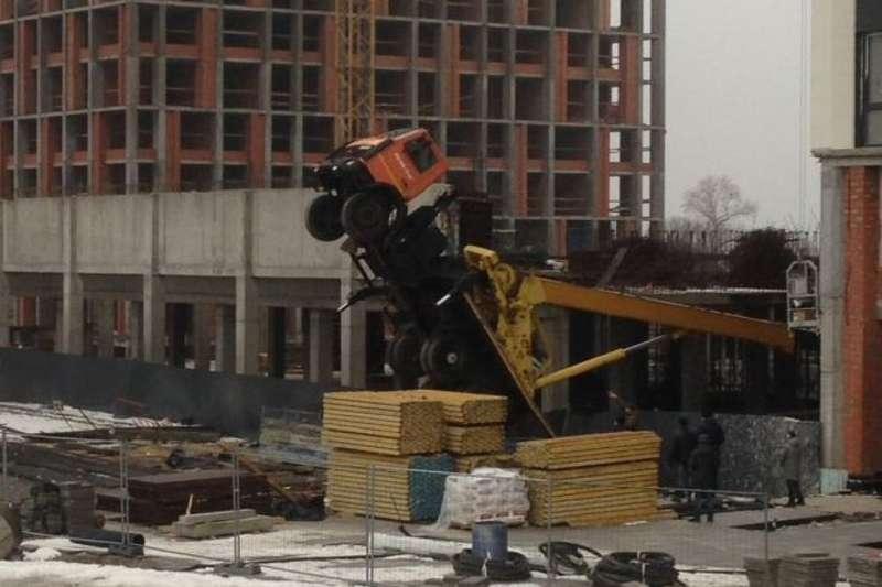 У Києві перекинувся будівельний кран