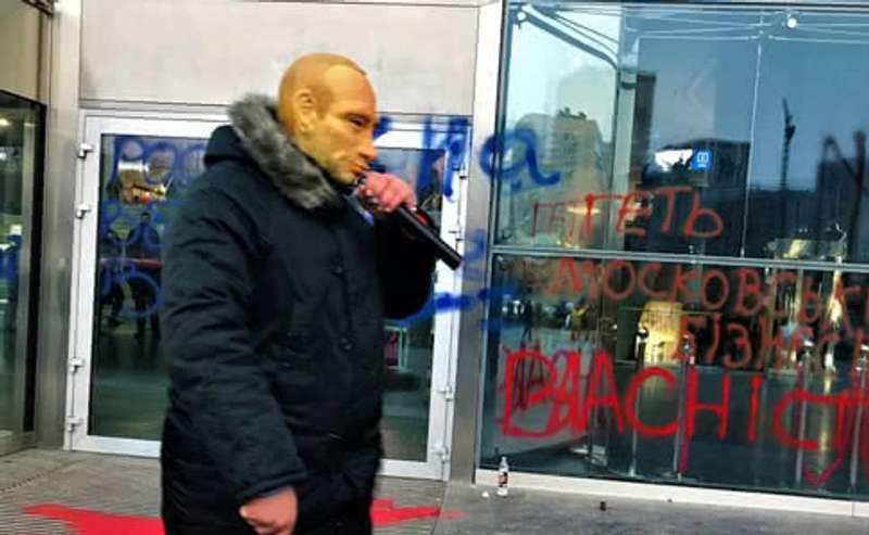 Націоналісти палять фаєри під столичним торговим центром, де працюють російські магазини