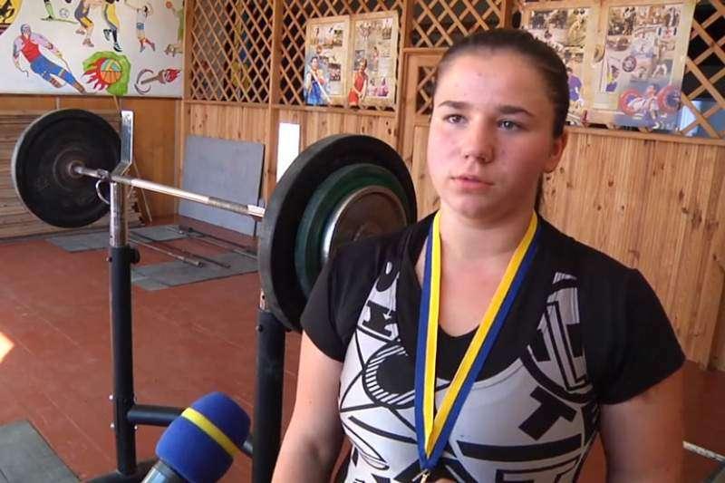 Дівчинка із маленького села стала чемпіонкою країни з важкої атлетики
