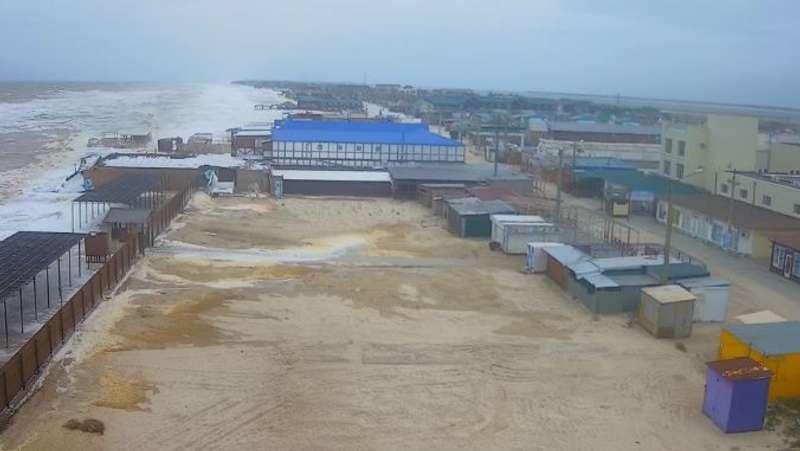 На приазовському курорті через шторм затопило бази відпочинку (відео)