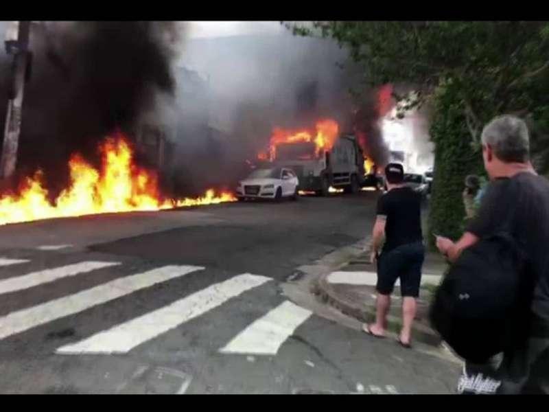 У Бразилії літак упав на житлові будинки (відео)