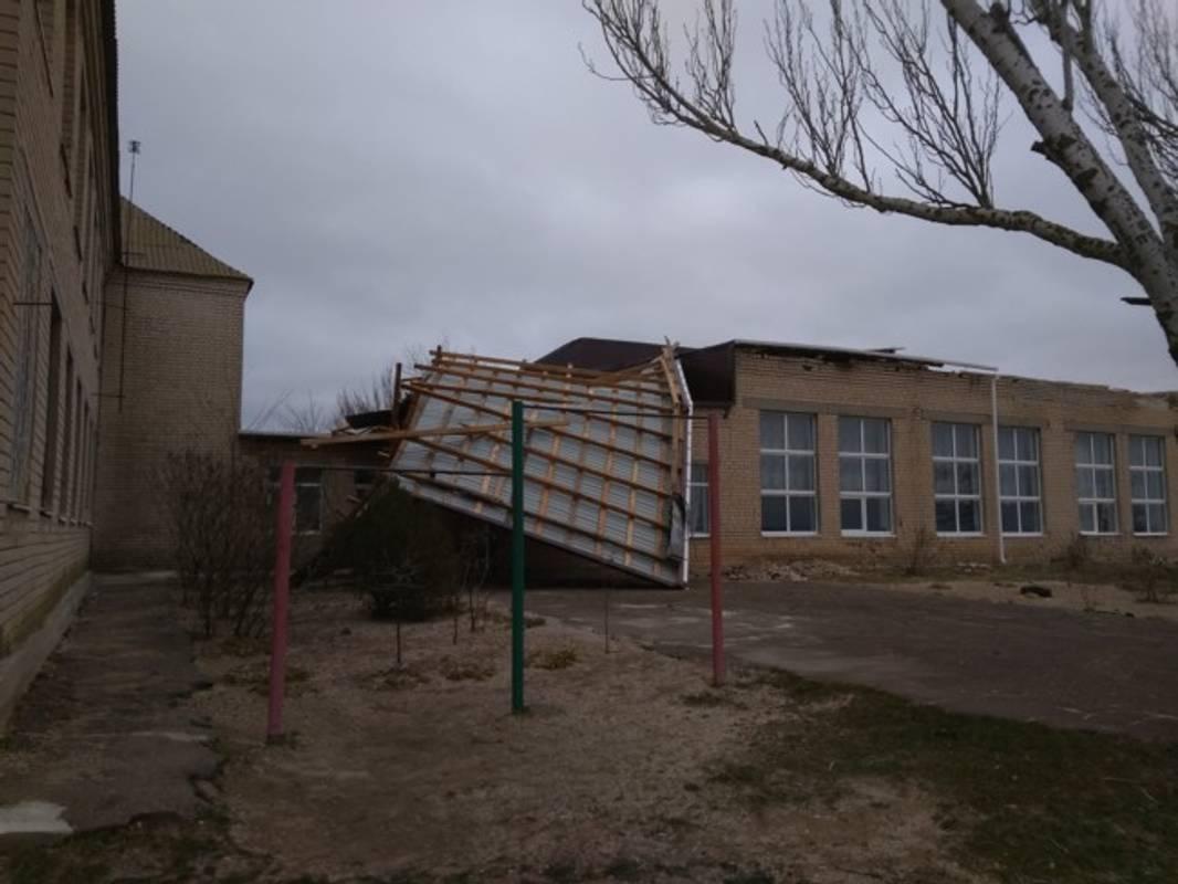 На Запоріжжі здуло дах із будівлі школи