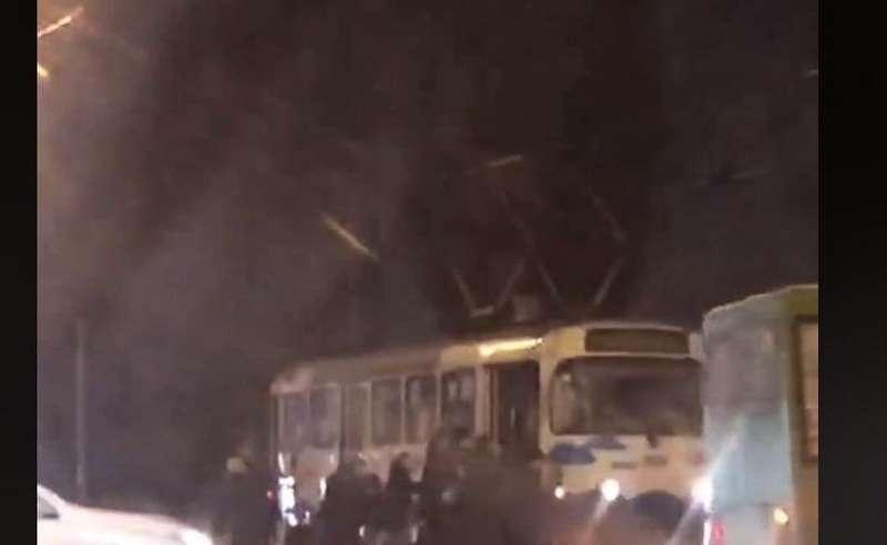 Довга дорога додому: харків'яни штовхали знеструмлений трамвай (відео)