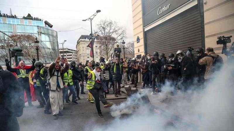 У Парижі відновилися протести жовтих жилетів: затримано понад 480 людей