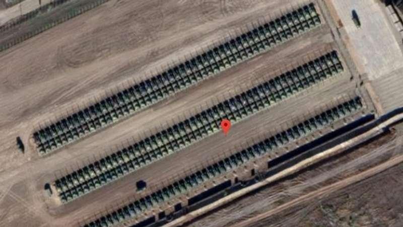 За 18 кілометрів від кордону з Україною Путін зосередив сотні танків