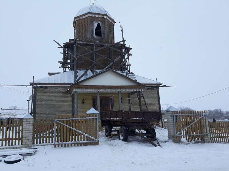 У Росії п'яний мисливець стріляв по іконах у церкві в рясі священика