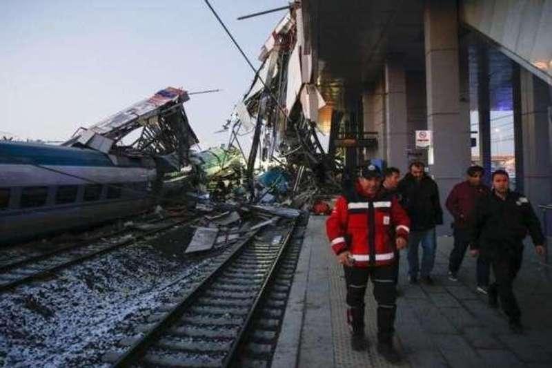 Масштабна залізнична аварія у Туреччині (відео)