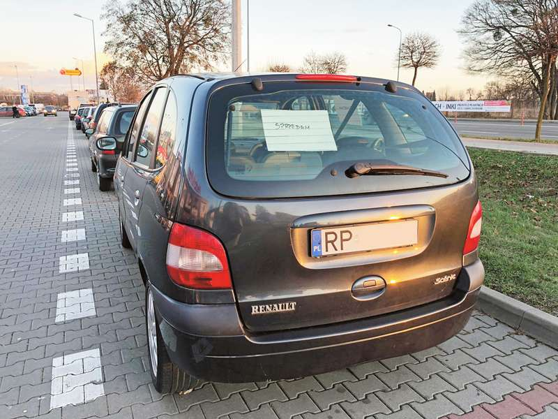 Забирайте ваші євробляхи! Українці масово залишають авто у прикордонних містечках